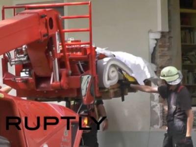 Video: Kvôli 300-kilovej matróne museli vybúrať do domu dieru!