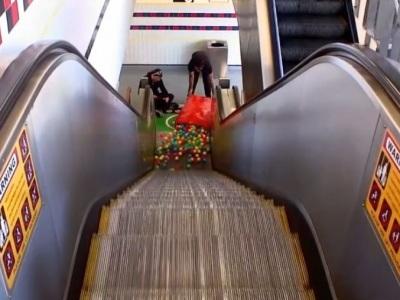 Pondelková namotávka: Čo sa stane, keď vysypete na eskalátor vrece loptičiek?