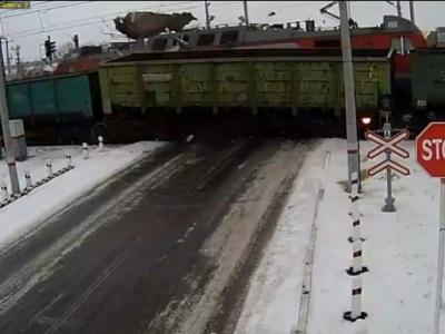 Video: Dva vlaky zmasakrovali náklaďák ako domček z karát, šofér nemal šancu!