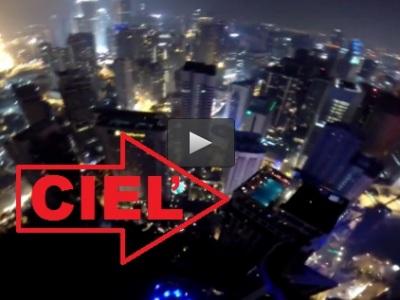 Video: Z 335 metrov vysokej veže skočil do bazénu na streche iného mrakodrapu!