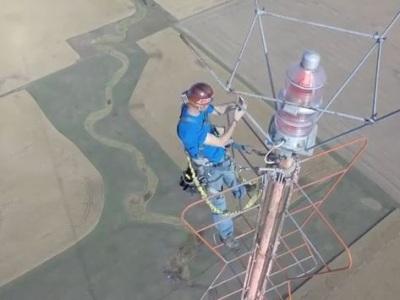 Video: Denne šplhá do výšky pol kilometra. Mení nebeské žiarovky