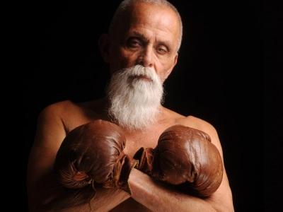 Nepodceňujte penzistov. Tento starček v ringu vytĺkol z mladíka dušu
