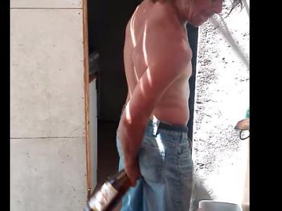 Muž otvoril pivo famóznym spôsobom. Toto ste ešte nevideli