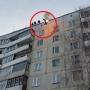 Horiaci Rus skočil zo strechy paneláku do kopy snehu. Tu je výsledok!